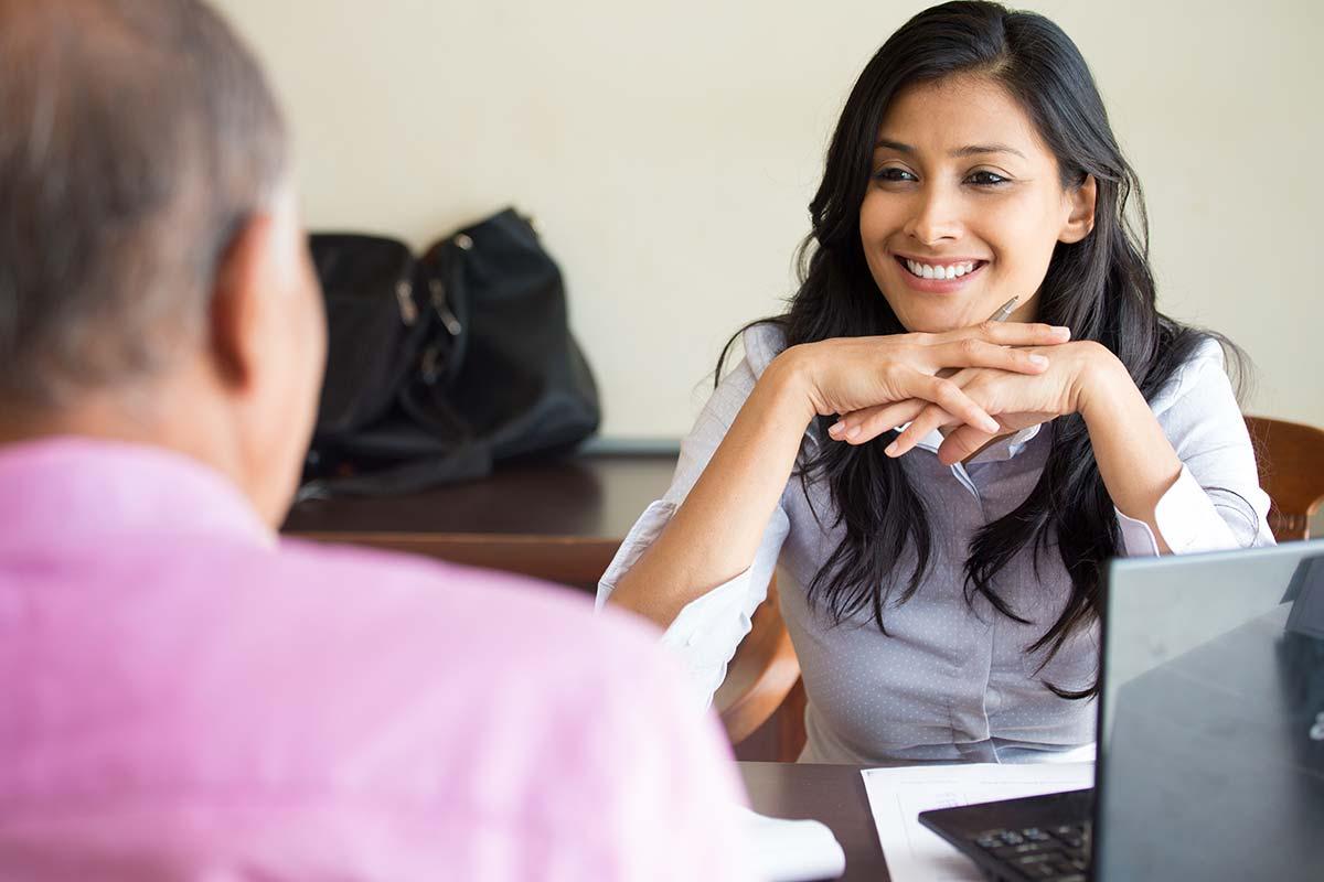Kvinna som rekryterar och utför arbetsintervju