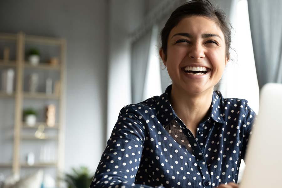 Glad kvinna som fått anställning